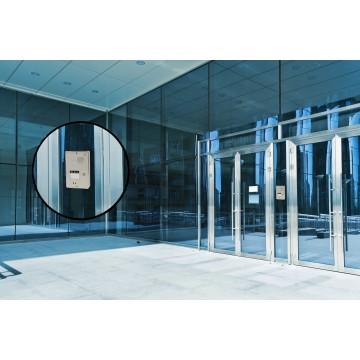 Intercomunicador compacto en la entrada de un edificio